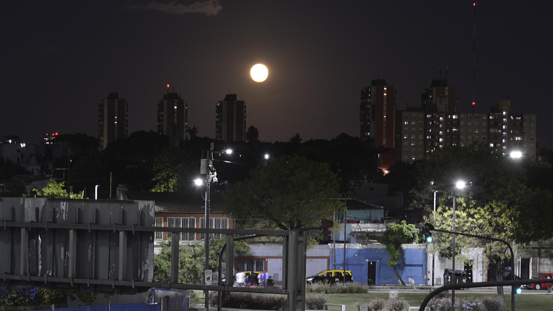 La conocida luna llena cambió de color al reflejar la sombra de la tierra