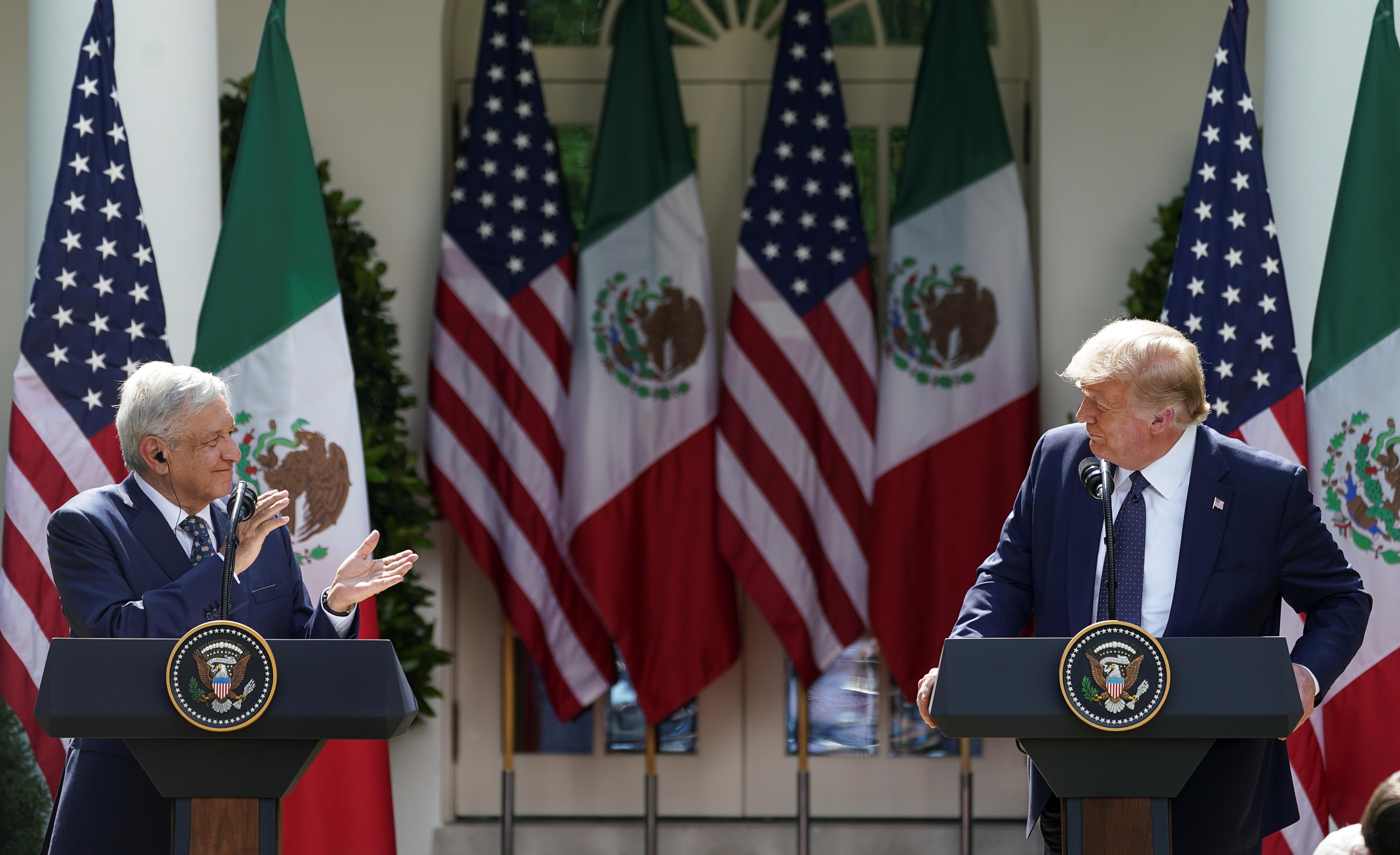 El presidente de México, Andrés Manuel López Obrado, escucha al presidente de los Estados Unidos, Donald Trump, antes de firmar una declaración conjunta en el Jardín de las Rosas en la Casa Blanca en Washington, EE. UU., 8 de julio de 2020. (Foto: REUTERS / Kevin Lamarque)