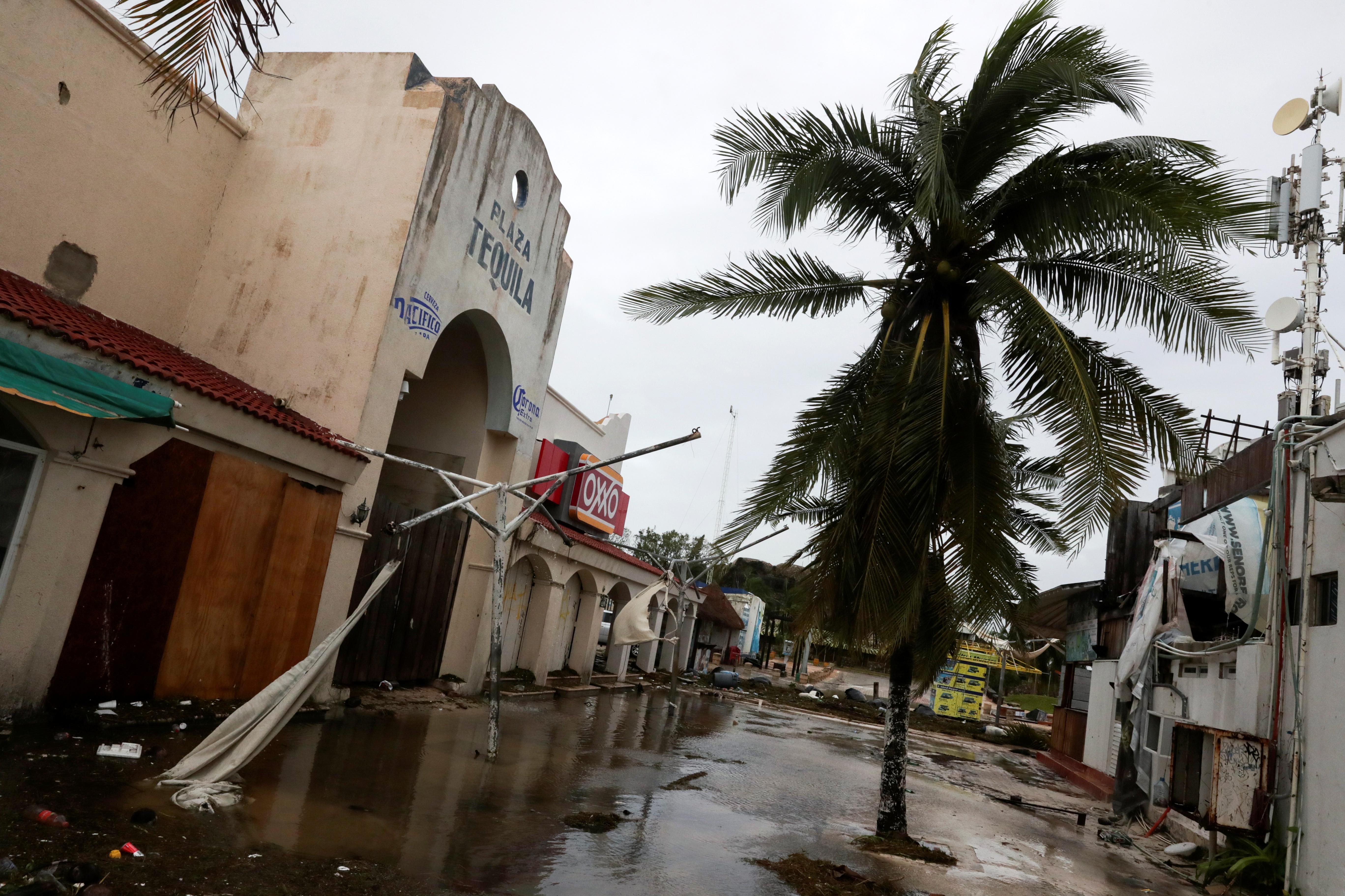 Una plaza dañada después del golpe del huracán Delta, en Cancún, en el estado de Quintana Roo, México, el 7 de octubre de 2020.