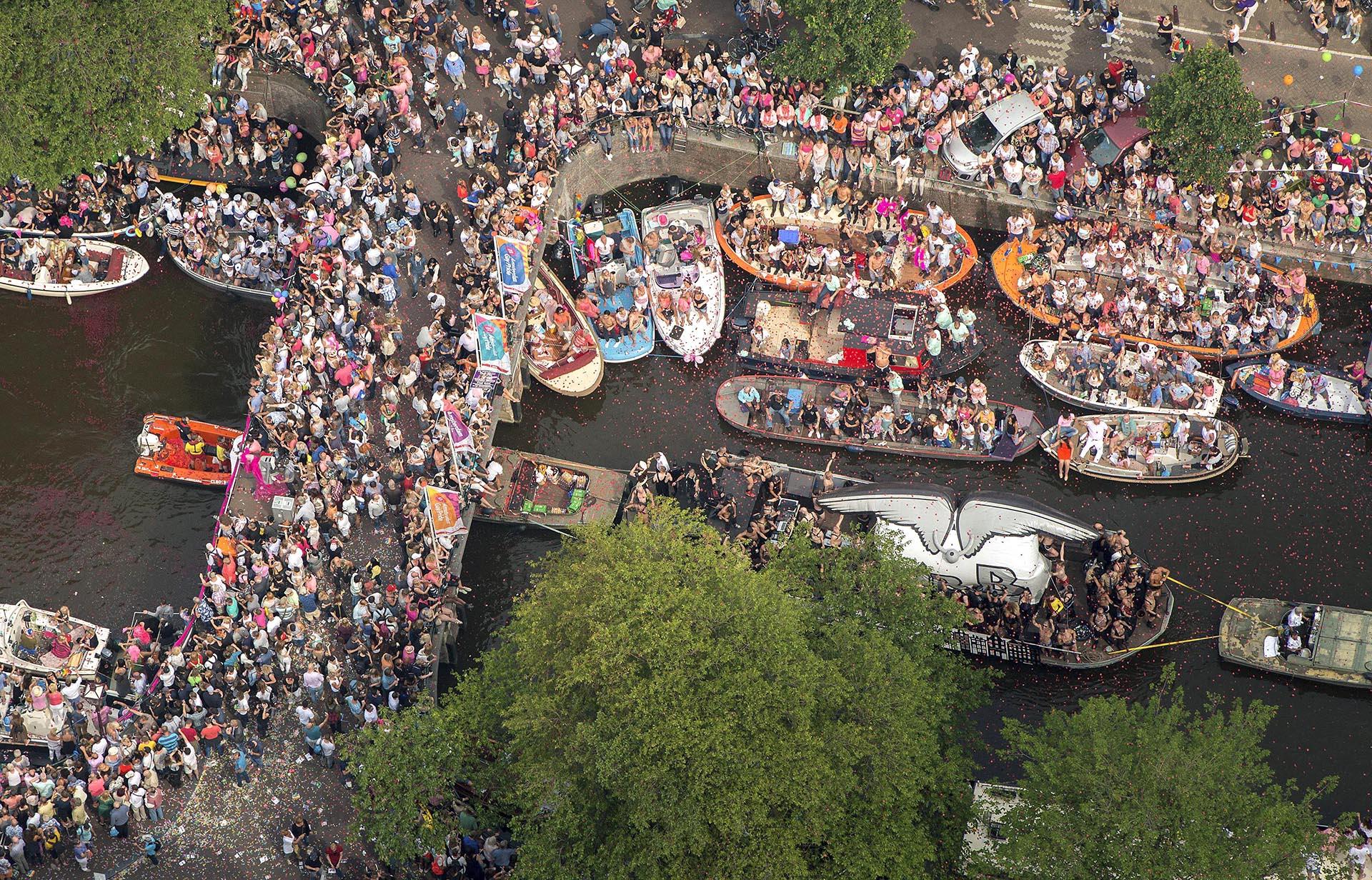 Vista aérea de un canal de Amsterdam durante el desfile del 1 de agosto de 2015