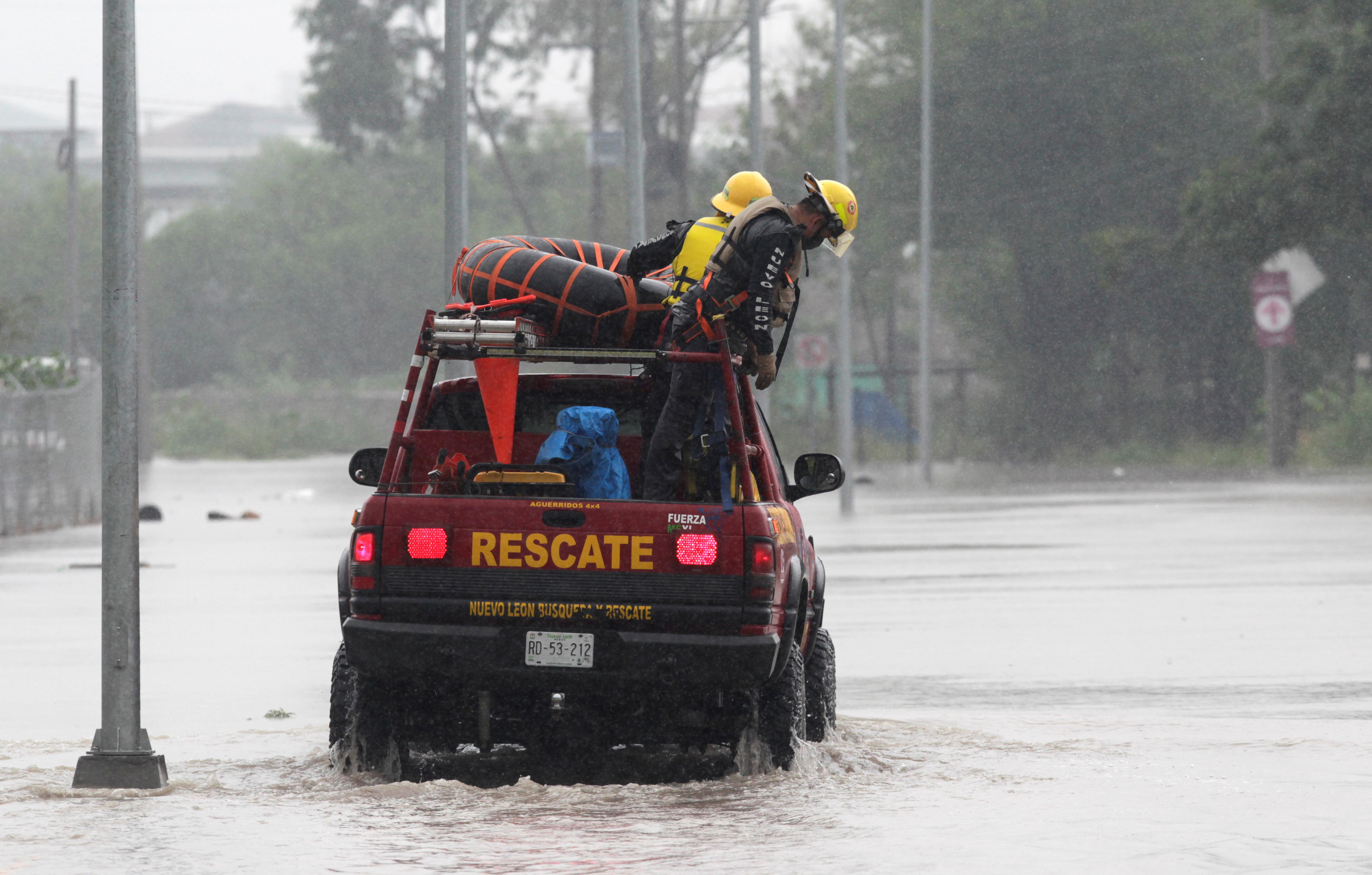 Rescatistas en Apodaca, Mexico (REUTERS/Daniel Becerril)