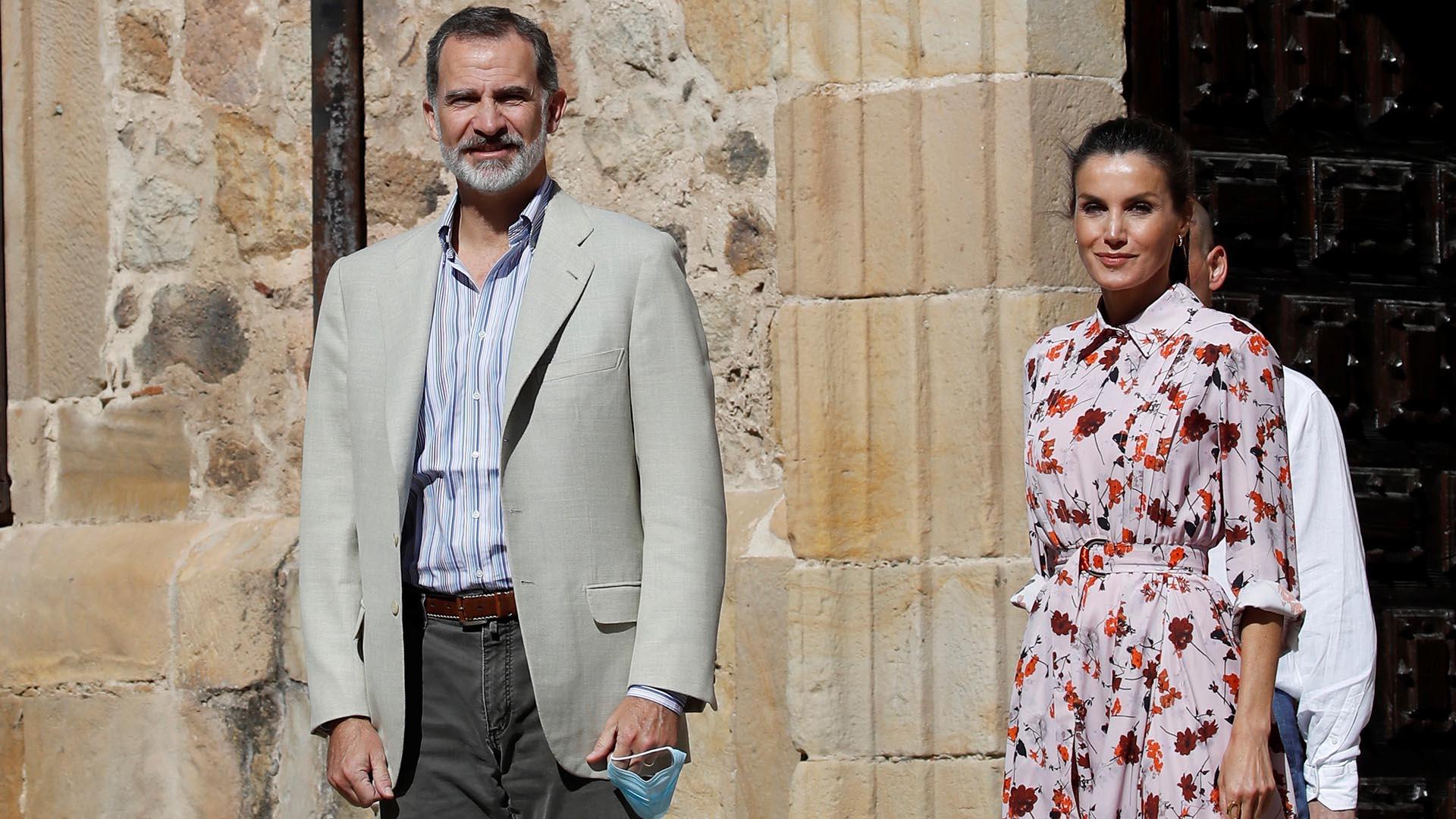 Los monarcas a su llegada al Colegio Tierra de Pinares en Vinuesa, Soria, donde se interesaron por la situación de los adultos mayores y la despoblación en el contexto de la actual pandemia