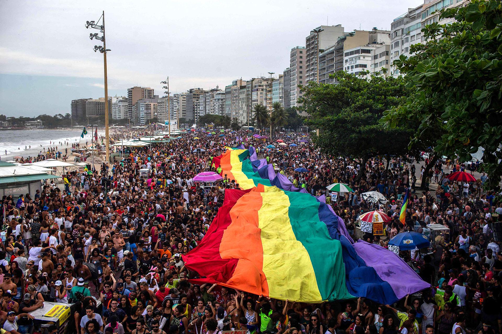 Una bandera gigante en el desfile de Copacabana en Río de Janeiro el 30 de septiembre de 2018
