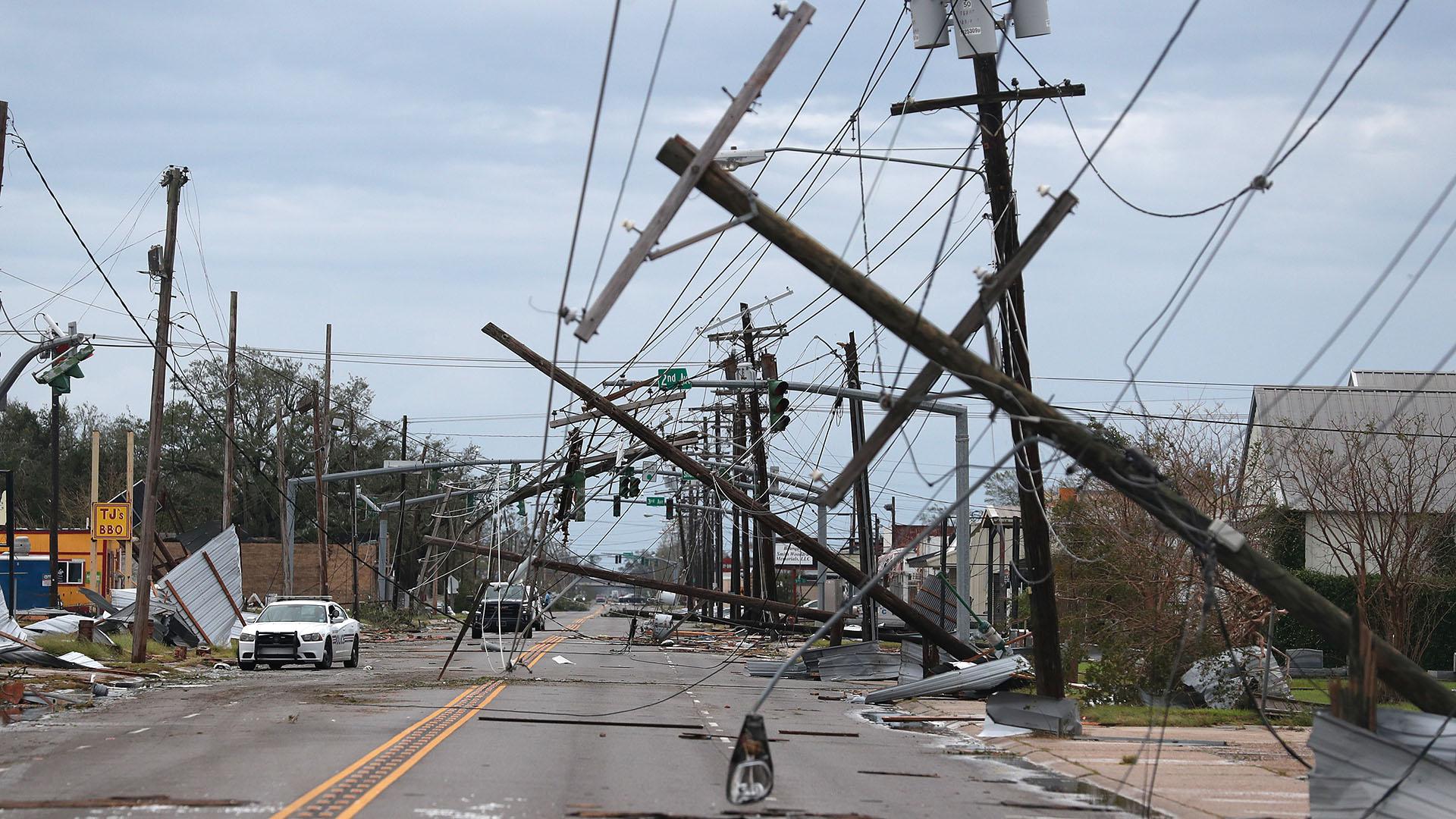 Una calle sembrada de escombros y líneas eléctricas caídas después de que el huracán Laura pasó por la zona el 27 de agosto en Lake Charles, Louisiana (Joe Raedle/Getty Images/AFP)