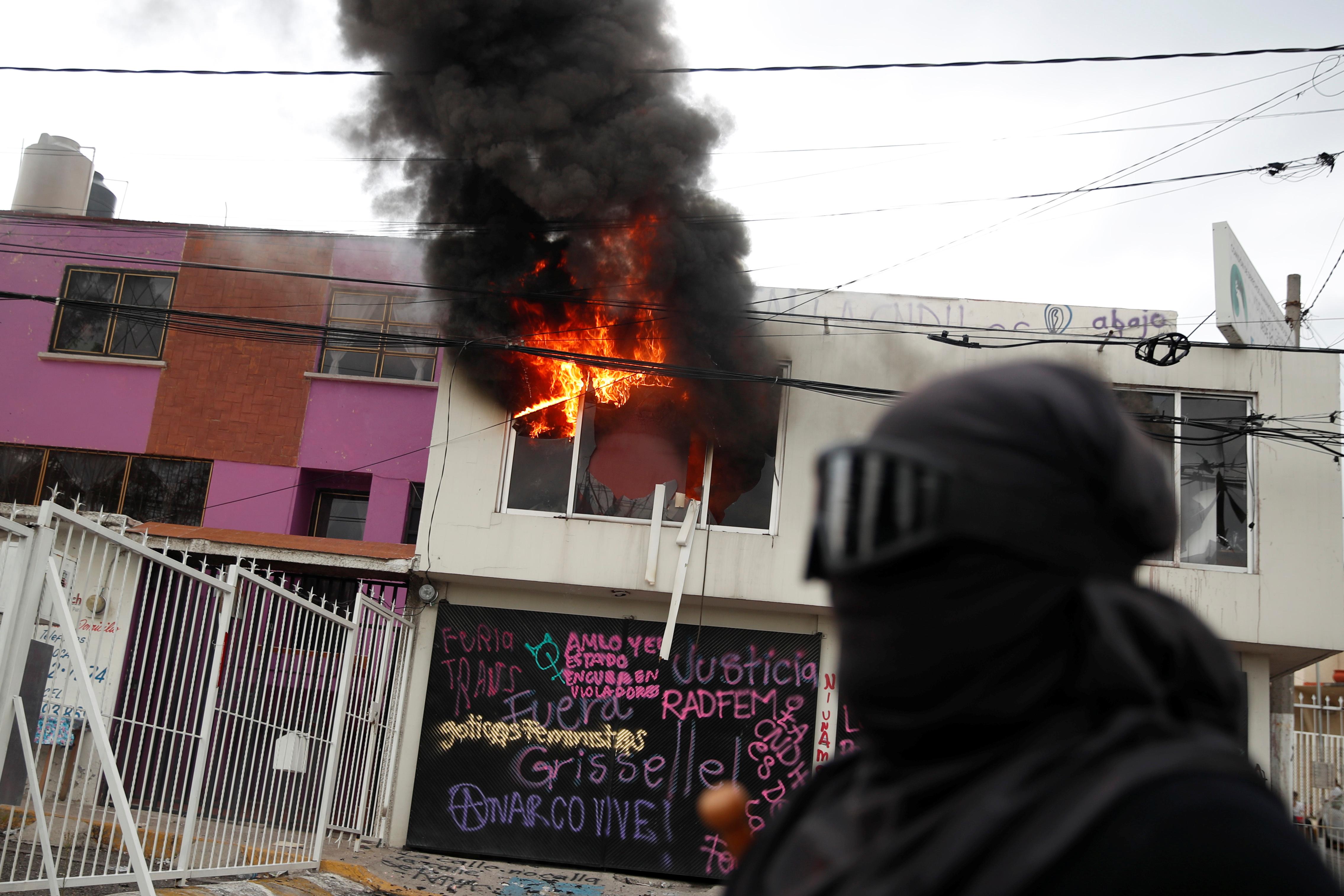 La organización Manada Periferia, cuyas afiliadas se apoderaron de las oficinas de la Comisión de Derechos Humanos del Estado de México (Codhem), entidad vecina de la capital, dijeron que sufrieron una violencia excesiva por parte de los agentes que recuperaron el edificio la madrugada del viernes.