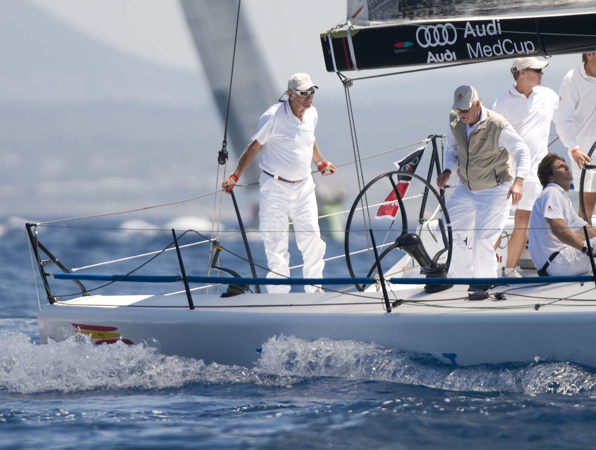 Juan Carlos en el medio de la fotografía durante una travesía en yacht durante la regatta de la Copa del Rey en Palma de Mallorca, España en 2008 (Shutterstock)