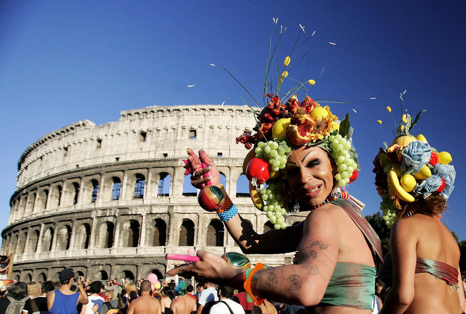 Manifestantes frente al Coliseo romano durante el desfile en Italia el 9 de julio de 2005