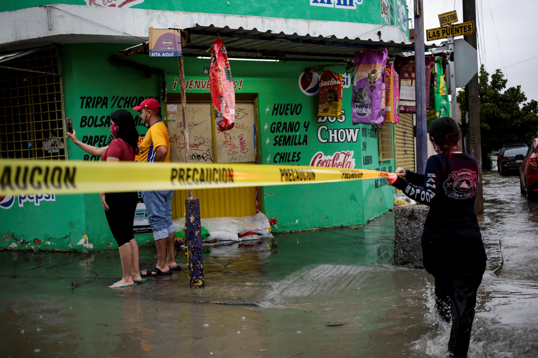Un rescatista pone una cinta para prohibir el ingreso en un comercio de San Nicolas de los Garza, en las afueras de Monterrey, Mexico (REUTERS/Daniel Becerril)