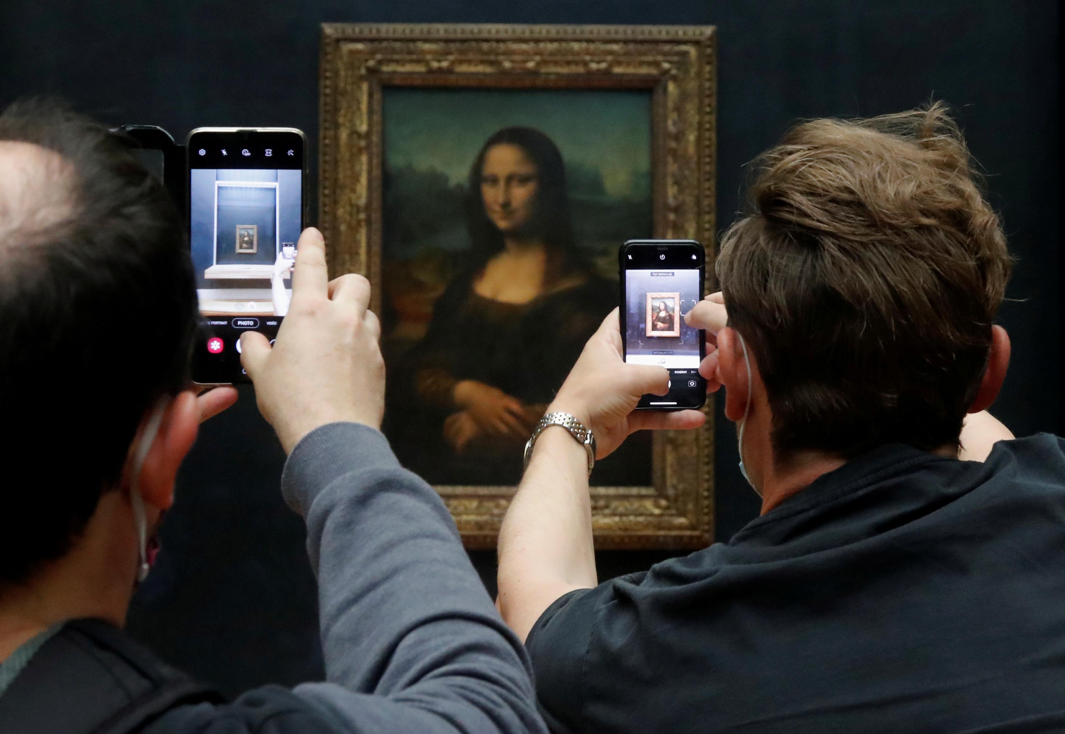 La Mona Lisa ha vuelto al trabajo. El Museo del Louvre de París, que aloja el retrato más famoso del mundo, reabrió el lunes tras cuatro meses de cuarentena por el coronavirus. (REUTERS/Charles Platiau)