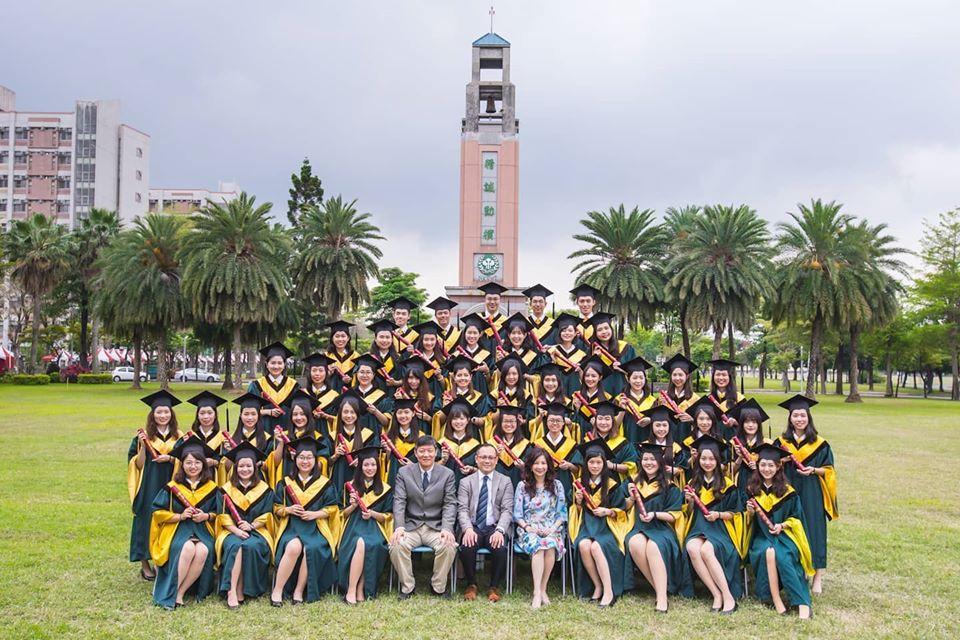 Aquí se ve a la promoción 2020 de la Universidad Nacional de Hospitalidad y Turismo de Kaohsiung, contentos con la gradución. Foto: Gentileza.