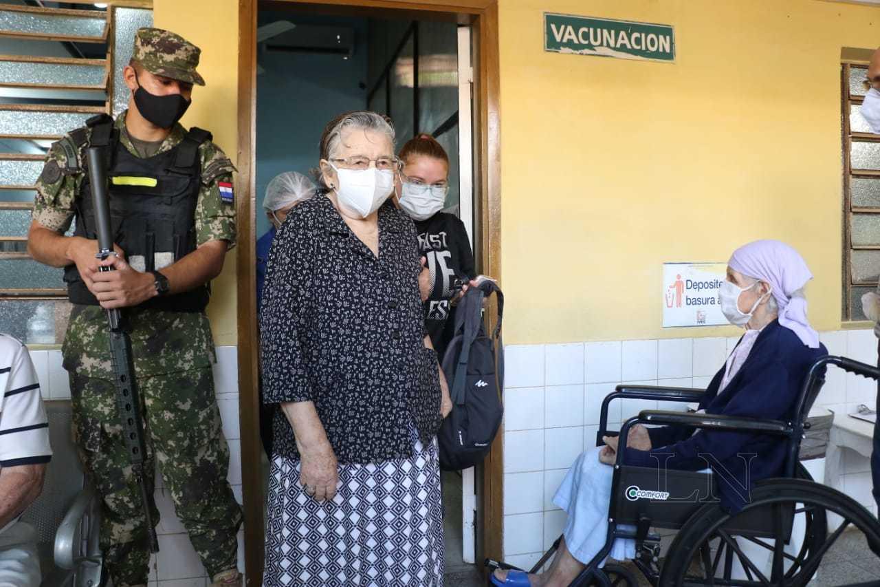 La Nación / Con alivio y esperanza, abuelos mayores de 85 años se aplican  vacunas contra el COVID-19
