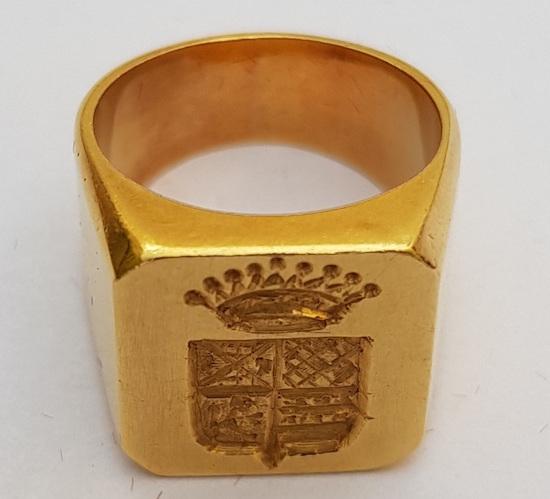 Sortija de oro con emblema de la familia Cámara. Colección Sacha Cardona.