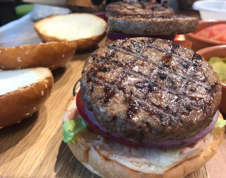 La startup israelí SavorEat está trabajando para crear una hamburguesa con sensación carnosa, aroma de carne y sin necesidad de producto animal. Foto: Gentileza Yissum.