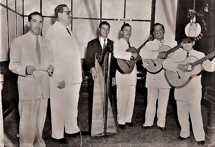 En Radio Guaraní, años 50, Juan Bernabé, quien poco tiempo después sería director-propietario de Radio Comuneros, aquí presentando al Trío Olímpico, con el arpista Leonardo Figueroa y el gerente general de la Phillips en Paraguay.