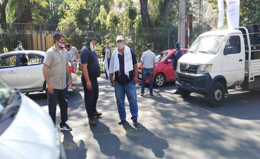 Momentos en que los funcionarios cerraban la avenida España.FOTO:UNIVERSO 970 AM