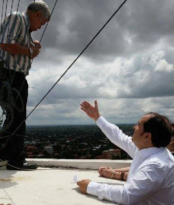 El entonces intendente Arnaldo Samaniego y otros funcionarios lograron tomar de la mano a Morales antes que se arroje desde esa altura. Foto: Gentileza.
