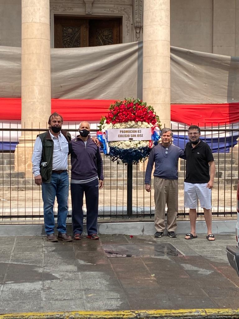 Tanto alumnos, como exalumnos del Colegio San José y jóvenes de la ANR, aportaron su ayuda tras el vandalismo en contra del Panteón Nacional de los Héroes. Foto: Gentileza.