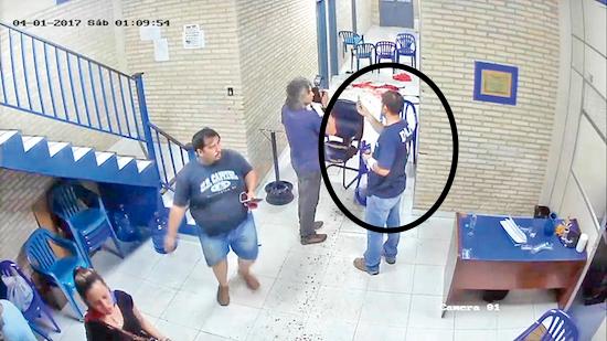 MANIPULACIÓN. Fernando Cáceres muestra un cartucho de escopeta a un fotógrafo de Popular.