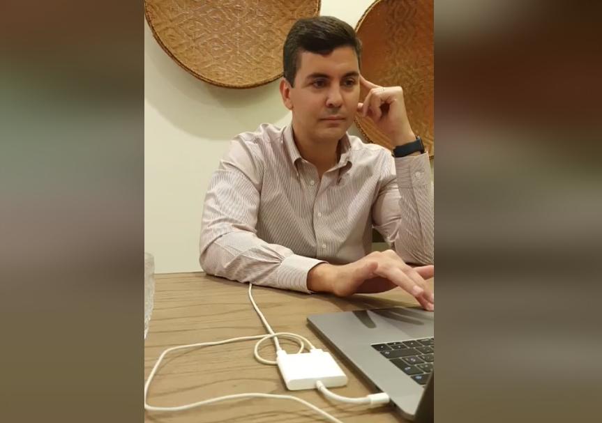 El economista Santiago Peña fue invitado a una charla debate por el movimiento ANR Joven como parte de la Semana de la Juventud. Foto: Captura de pantalla.