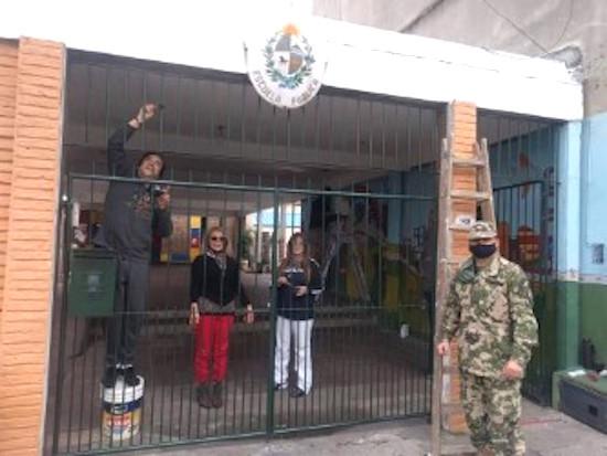 El embajador Benítez colaboró en las refacciones de la escuela. A su lado, Vidalina Ledezma, de la Casa Paraguaya.
