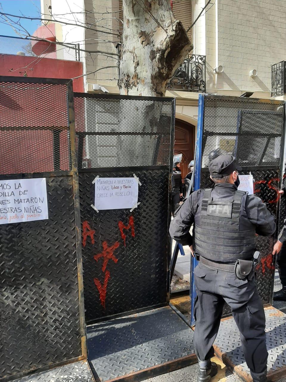 La Policía Federal se encargó de colocar protectores para impedir el ingreso y el atropello a la sede diplomática. Foto: Gentileza
