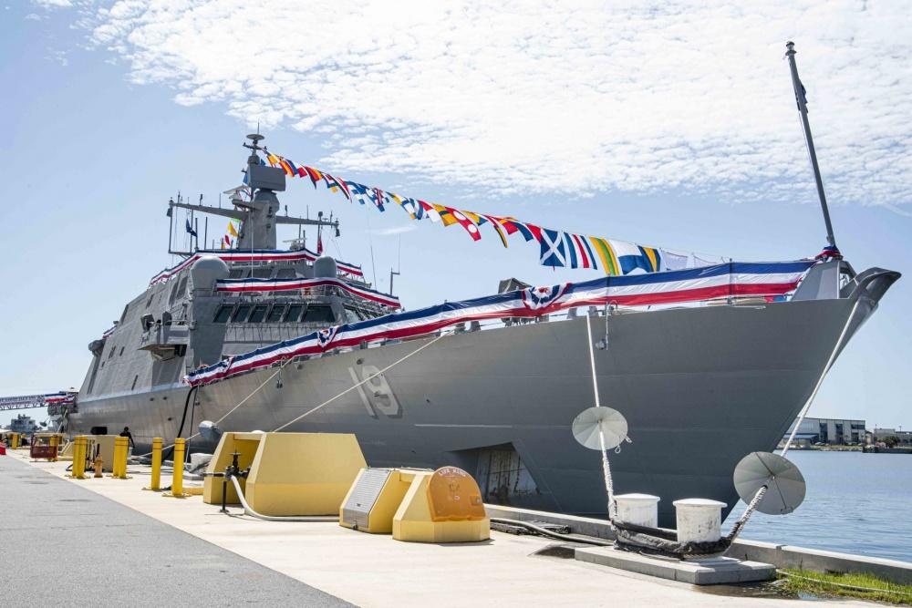 The littoral combat ship St. Louis, pierside in Mayport, Florida. (MC2 Alana Langdon/Navy)