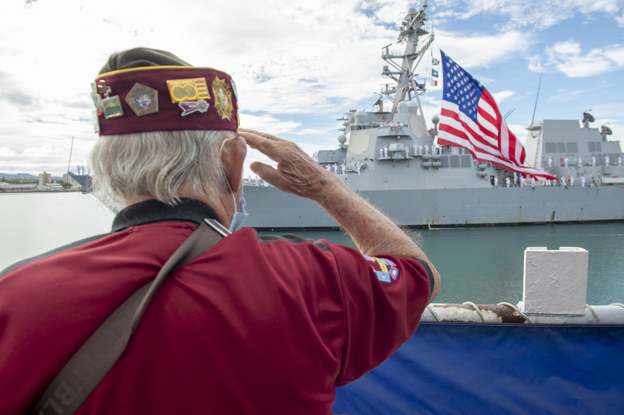 Military veteran Wendell Newman salutes the guided-missile destroyer USS Michael Murphy (DDG 112) during the pass in review portion of the 75th anniversary of the End of World War II commemoration ceremony at Pearl Harbor, Hawaii, Sept. 2, 2020. (MC1Gilbert Bolibol/Navy)