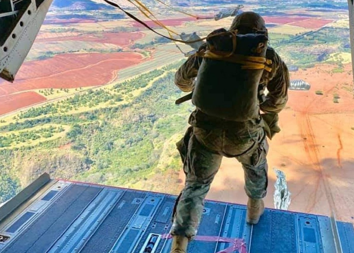 Soldiers train crews to support para-drop operations, Oct. 17, 2020, in Hawaii. (Army)