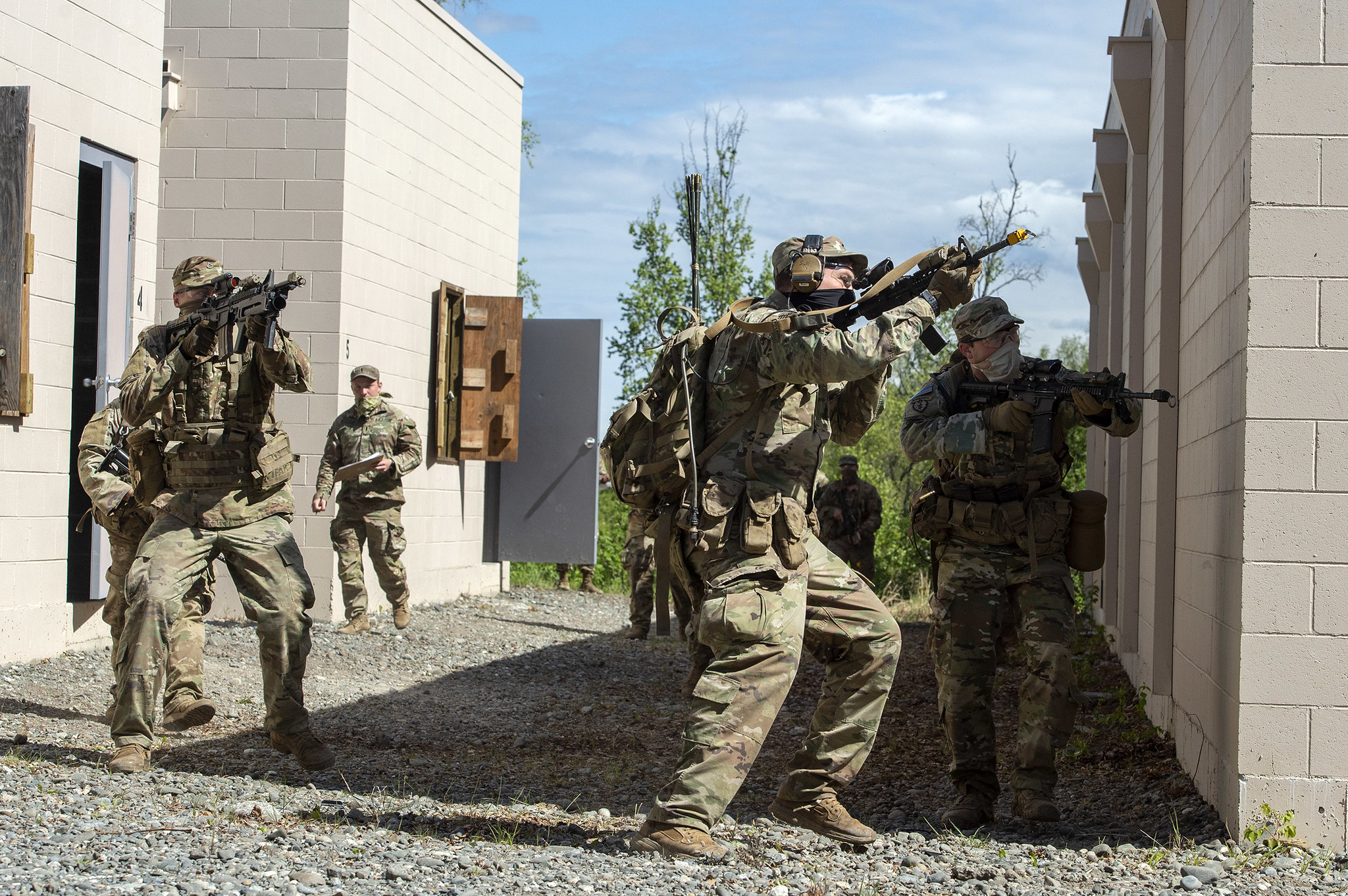 Paratroopers react to simulated enemy contact while clearing buildings May 20, 2020, during squad training at Joint Base Elmendorf-Richardson, Alaska. (Alejandro Peña/Air Force)