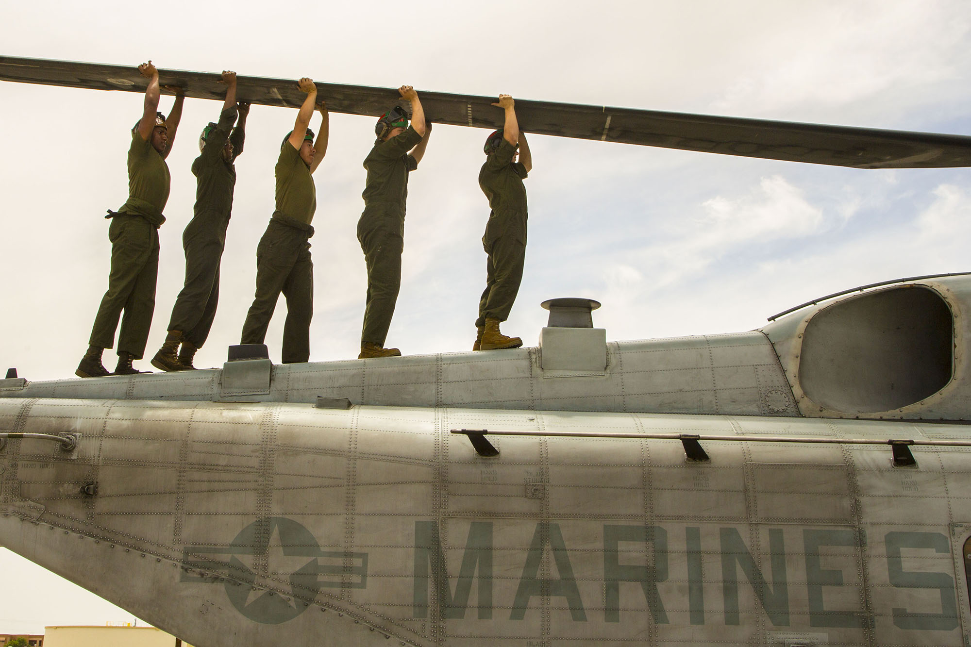 U.S. Marine Corps CH-53E aircraft maintainers perform routine maintenance at Naval Air Station Fallon, Nev., June 16, 2021. (Lance Cpl. Rachaelanne Woodward/Marine Corps)