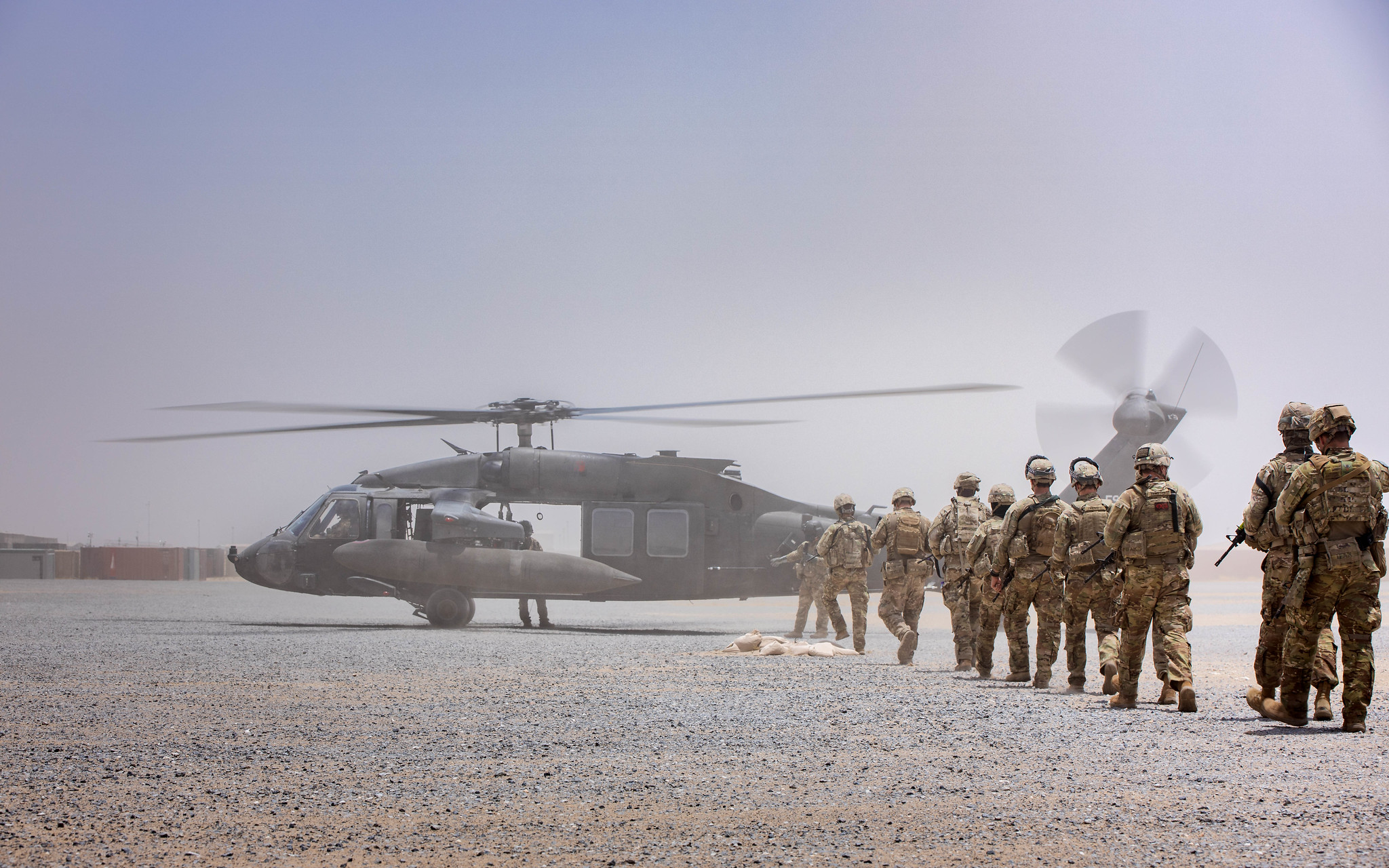 Soldiers from Charlie Company, 4-118 Infantry Regiment, 30th Armored Brigade Combat Team conduct squad assault lanes using aviation support for extraction while deployed in the Central Command area of responsibility for Operation Spartan Shield on May 21, 2020. (Maj. David House/National Guard)