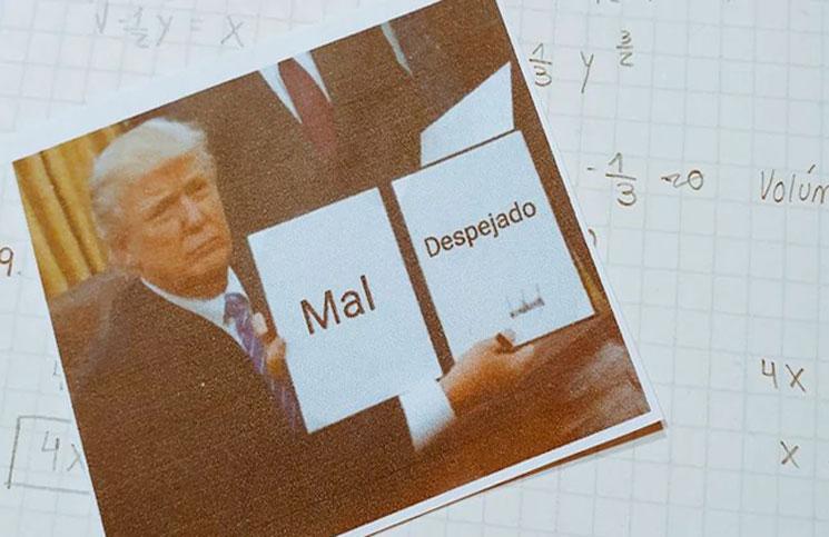 Un maestro de Matemática corrige los exámenes de sus estudiantes con los memes más divertidos