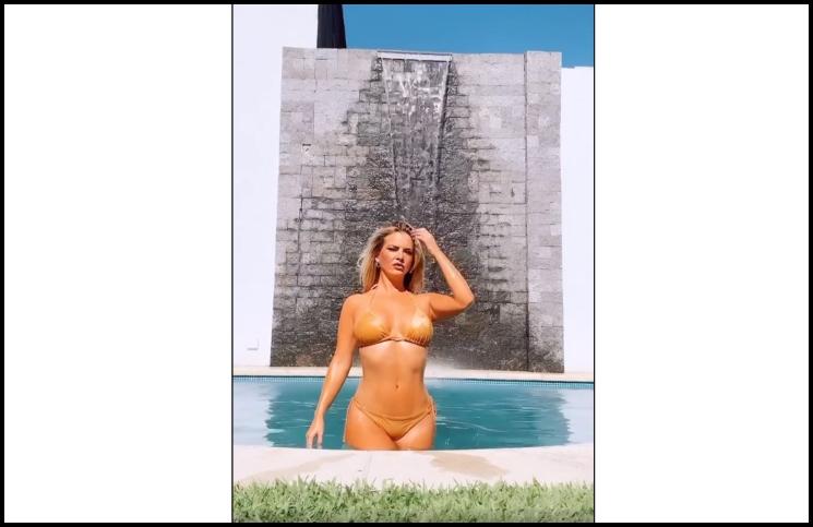 De frente y de espaldas, Alejandra Maglietti desfiló en bikini dorada saliendo de la pileta