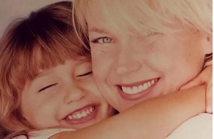 Hombreras, bucaneras y glamour: la hija de Xuxa, cada vez más parecida a su mamá