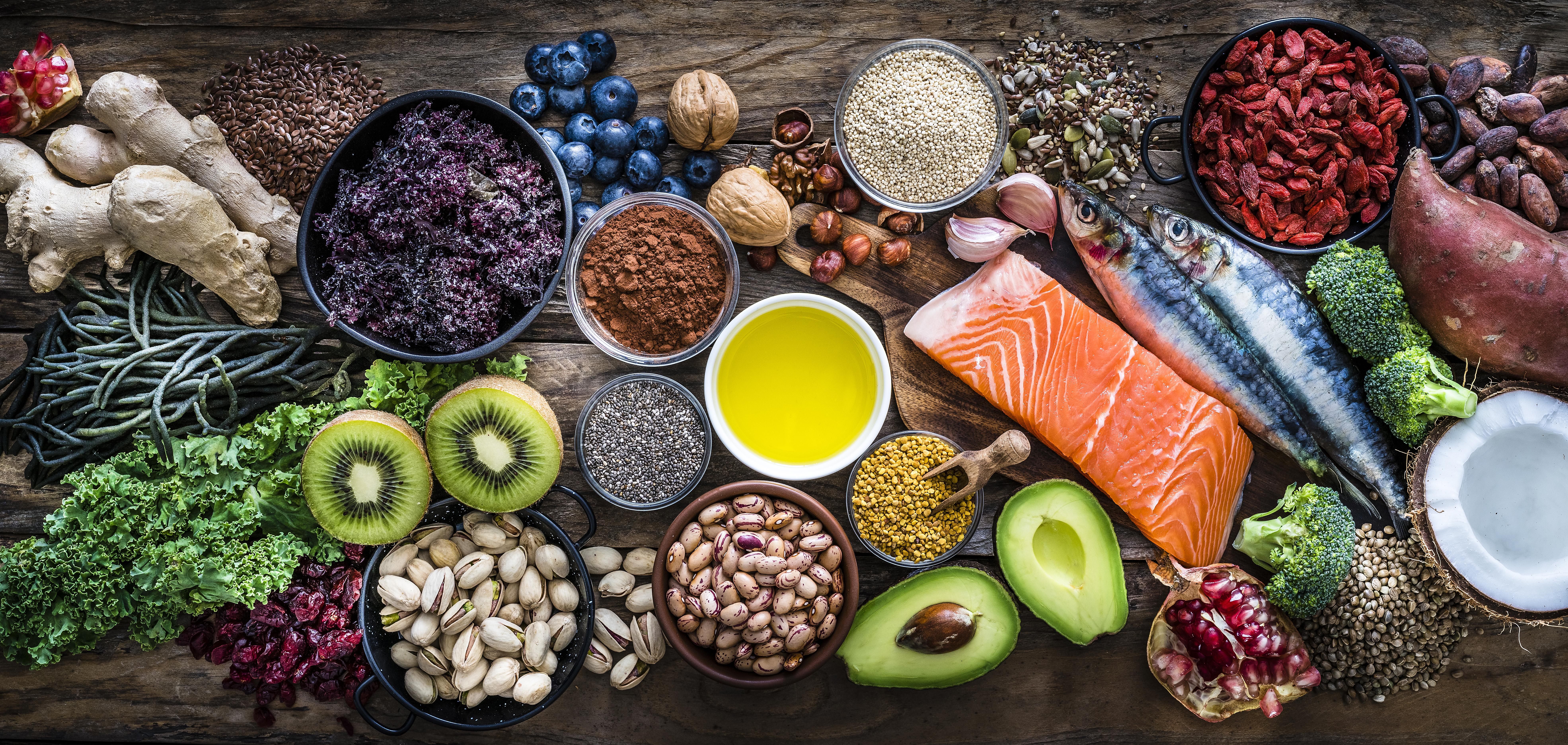 Consumir frutas y verduras, tomar agua, calcular bien las porciones y evitar el exceso de alimentos procesados son las bases de una dieta sana. Información relevante para tomar mejores decisiones en la mesa.