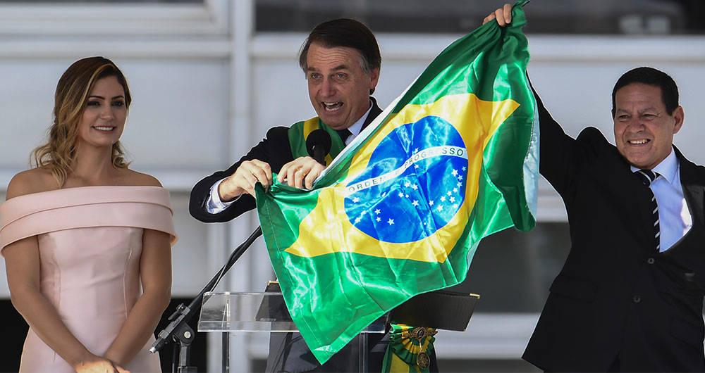 """Esta es nuestra bandera que nunca más será roja"""": Bolsonaro"""