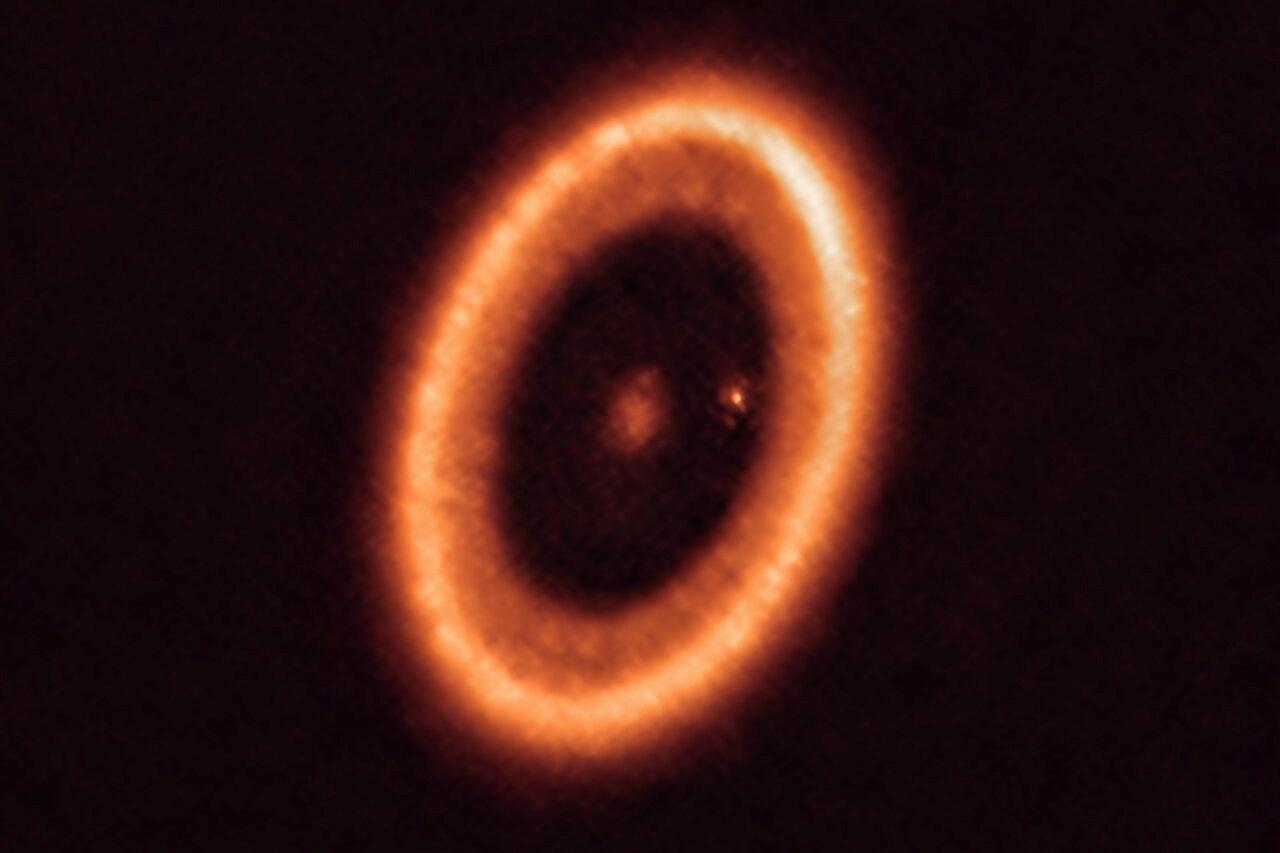 Đĩa vật chất rộng 150 triệu km bao quanh ngoại hành tinh